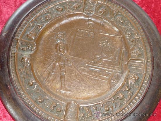 Antigüedades: Pareja de platos antiguos de laton repujado y madera, con escenas del Quijote. - Foto 5 - 37435978