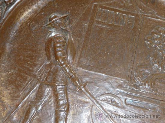 Antigüedades: Pareja de platos antiguos de laton repujado y madera, con escenas del Quijote. - Foto 6 - 37435978