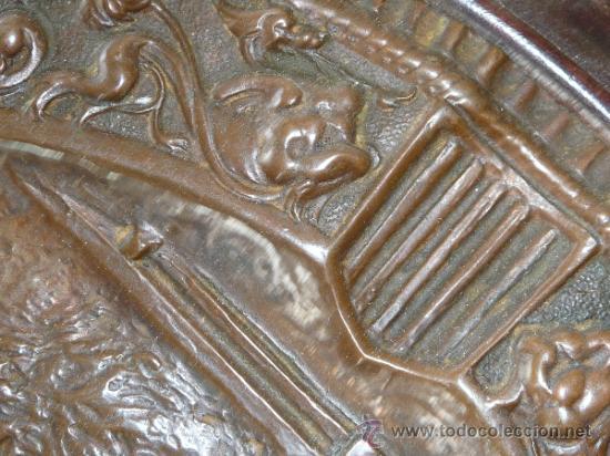 Antigüedades: Pareja de platos antiguos de laton repujado y madera, con escenas del Quijote. - Foto 7 - 37435978