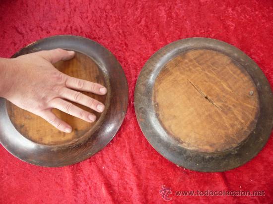 Antigüedades: Pareja de platos antiguos de laton repujado y madera, con escenas del Quijote. - Foto 8 - 37435978