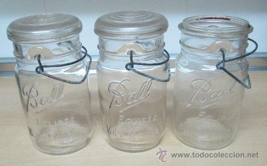 tres antiguos frascos en cristal para conservas