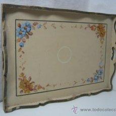 Antigüedades: 51 CM - ANTIGUA GRAN BANDEJA DE MADERA CON PINTURA - FLORES. Lote 37428120
