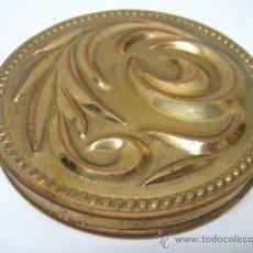 Antigüedades: ANTIGUA CAJA POLVERA TALQUERA LATON REPUJADO. Lote 37464861