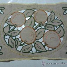 Antigüedades: ANTIGUO TAPETE DE LINO CON FESTONES Y GANCHILLO 57CM X 36CM. Lote 37488809