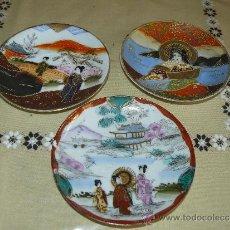 Antigüedades: TRES DELICADOS PLATOS DE PORCELANA JAPONESA. Lote 37545878