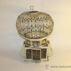 Antigüedades: JAULA ARTESANAL PARA PÁJAROS - MADERA Y METAL PINTADO - AÑOS 40/50. Lote 84136843