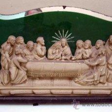 Antigüedades: SANTA CENA CON FONDO DE ESPEJO VERDE Y FIGURAS DE YESO. Lote 37619025