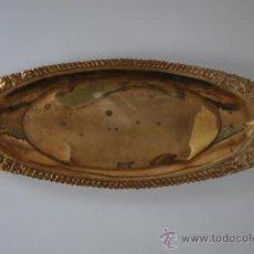 Antigüedades: ANTIGUA BANDEJA DE LATÓN CON RELIEVES REALIZADOS A MANO. Lote 37672191