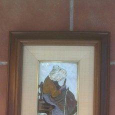 Antigüedades: ANTIGUO AZULEJO DE PORCELANA ENMARCADO MUJER TRABAJANDO RED DE PESCA. Lote 37690355