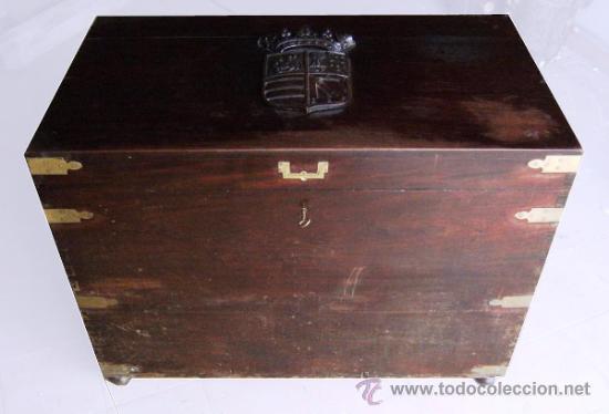 GRAN ARCON MADERA CAOBA S.XIX. ESCUDO TALLADO (Antigüedades - Muebles Antiguos - Baúles Antiguos)