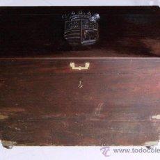 Antigüedades: GRAN ARCON MADERA CAOBA S.XIX. ESCUDO TALLADO. Lote 37823445