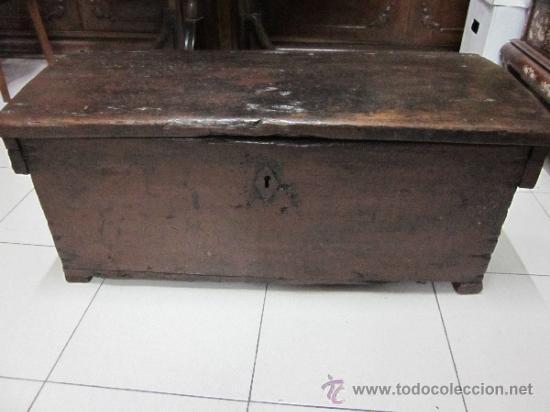 ANTIGUA ARCA EN NOGAL S-XVIII (Antigüedades - Muebles Antiguos - Baúles Antiguos)