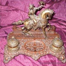 Antigüedades: PRECIOSA ESCRIBANIA DE METAL DEL SIGLO XIX HALCONERO. Lote 37864508