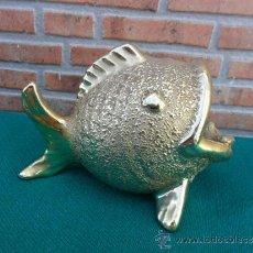 Antigüedades: CENICERO PEZ EN RESINA DORADA. Lote 37865694