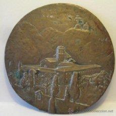 Antigüedades: ANTIGUO MEDALLON DE BRONCE. RELIEVE CON UN SANTUARIO. DIÁM. 13 CM. PESO 232 GR. Lote 37888031