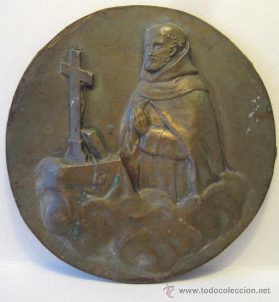 ANTIGUO MEDALLON DE BRONCE. MONJE EN ORACION. DIAMETRO 13 CM. PESO: 290 GR (Antigüedades - Religiosas - Varios)