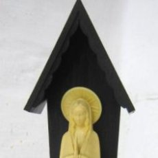Antigüedades: 1960/70 - BELLA VIRGEN CON CAPILLA 21.5 CM - PLASTICO RIGIDO. Lote 37943873