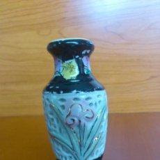 Antigüedades: JARRONCITO JAPONES ANTIGUO EN PORCELANA CALADA Y PINTADO A MANO, AÑOS 50 / 60. Lote 37967164