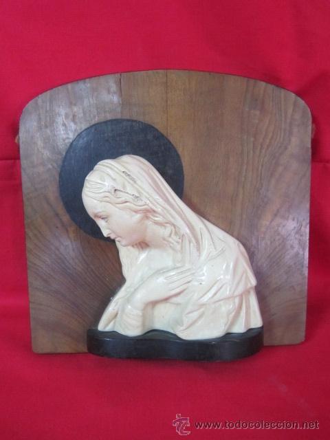 BONITA VIRGEN SOBRE TABLA DE MADERA. REALIZADA EN ESCAYOLA. (Antigüedades - Religiosas - Varios)