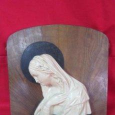 Antigüedades: BONITA VIRGEN SOBRE TABLA DE MADERA. REALIZADA EN ESCAYOLA.. Lote 39804556