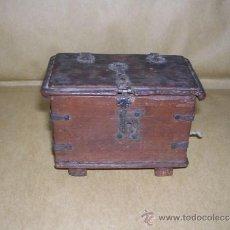 Antigüedades: MAQUETA ANTIGUA DE UN ARCON CASTELLANO CON SUS HERRAJES - 7,5X5X10,5 CM. S. XIX ,TRABAJO DE EBANISTA. Lote 38006809