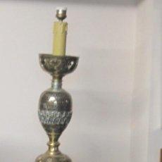 Antigüedades: ANTIGUA LÁMPARA DE SOBREMESA EN BRONCE CALADO CON INCRUSTACIONES EN PLATA. EXCELENTE TRABAJO. Lote 38041533