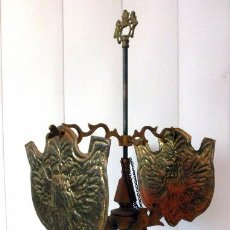 Antigüedades: ANTIGUA LAMPARA DE ACEITE O VELON DE MESA 5 LLAMAS DOS PANTALLAS IMAGENES EN RELIEVE. Lote 38055045