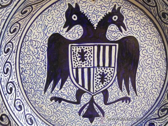 BONITO PLATO CON AGUILA BICEFALA Y ESCUDO HERALDICO PINTADO A MANO 1ER TERCIO S XX (Antigüedades - Porcelanas y Cerámicas - Manises)