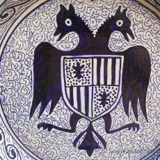 Antigüedades: BONITO PLATO CON AGUILA BICEFALA Y ESCUDO HERALDICO PINTADO A MANO 1ER TERCIO S XX. Lote 38093103