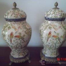 Antigüedades: PAREJA DE TIBORS O JARRONES DE PORCELANA DECORATIVA PINTADA A MANO Y BRONCE. Lote 38109177