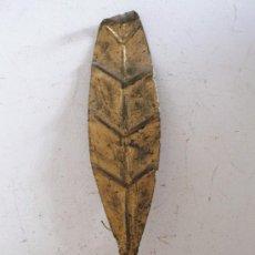 Antigüedades: APLIQUE DE HIERRO DORADO, MOTIVO FLORAL, CON CABLE ORIGINAL (39CM APROX DE LARGO). Lote 38126815