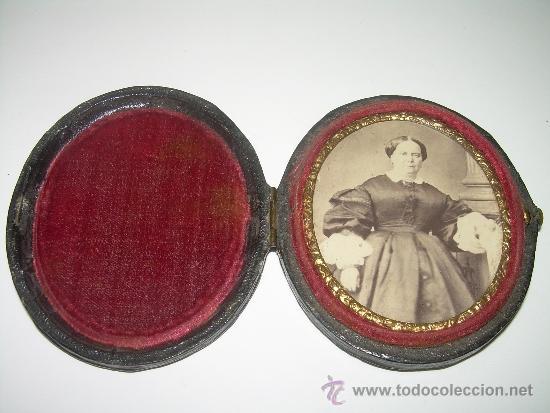 ANTIGUO Y BONITO PORTARRETRATOS DE VIAJE CON ESTUCHE DE PIEL....SIGLO XIX..... (Antigüedades - Varios)