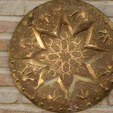 Antigüedades: PLATO ANTIGUO REPUJADO EN BRONCE. LACERIA MUDEJAR.. Lote 99181728