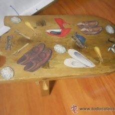 Antigüedades: ANTIGUA TABLA PARA DESCALZAR ZAPATOS DECORADA CON ZAPATOS.. Lote 38297550