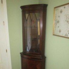 Antigüedades - Pareja de vitrinas esquineras estilo inglés en madera de caoba con medallón en la parte inferior. - 58303378