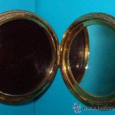 Antigüedades: POLVERA CON ESPEJO TAPA DECORADA EN METAL DORADO . Lote 34999221