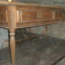 Antigüedades - Mesa larga con decoración interesante. - 38576905