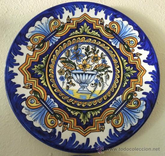 PLATO DE CERÁMICA CON DIVERSOS MOTIVOS FLORALES (Antigüedades - Porcelanas y Cerámicas - Úbeda)