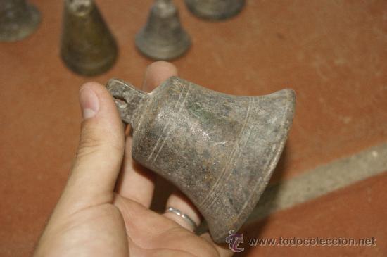 Antigüedades: Gran lote de 8 campana muy antiguas de bronce, a identificar - Foto 7 - 38584622