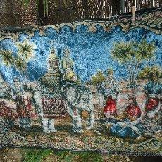 Antigüedades: ALFOMBRA TAPIZ DE LA INDIA HINDU EN TERCIOPELO. Lote 161973061