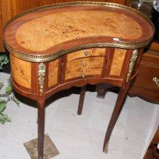 Antiquitäten - MESITA AUXILIAR EN FORMA DE RIÑON DE MARQUETERIA CON INCRUSTACIONES DE BRONCE - 38645462