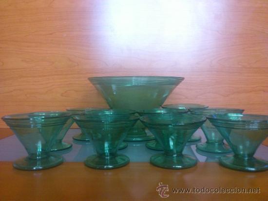 Antigüedades: Juego antiguo de ponchera y diez copas en cristal soplado Catalán verde - Foto 3 - 38645156