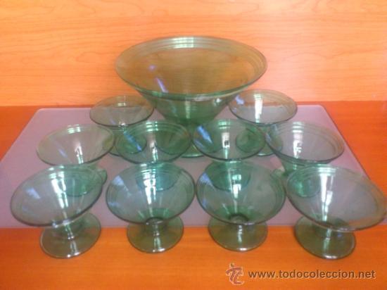 Antigüedades: Juego antiguo de ponchera y diez copas en cristal soplado Catalán verde - Foto 2 - 38645156