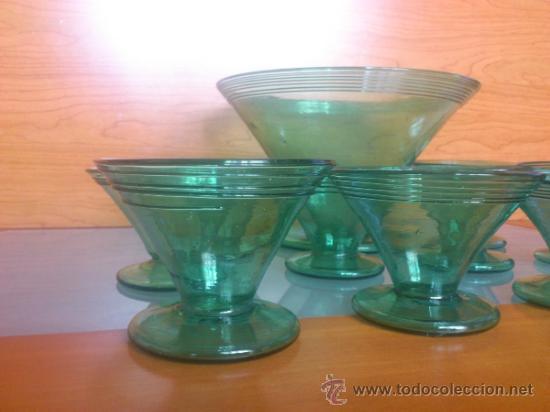Antigüedades: Juego antiguo de ponchera y diez copas en cristal soplado Catalán verde - Foto 4 - 38645156