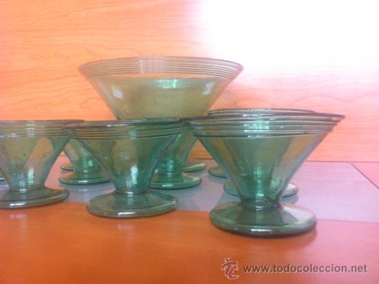 Antigüedades: Juego antiguo de ponchera y diez copas en cristal soplado Catalán verde - Foto 5 - 38645156