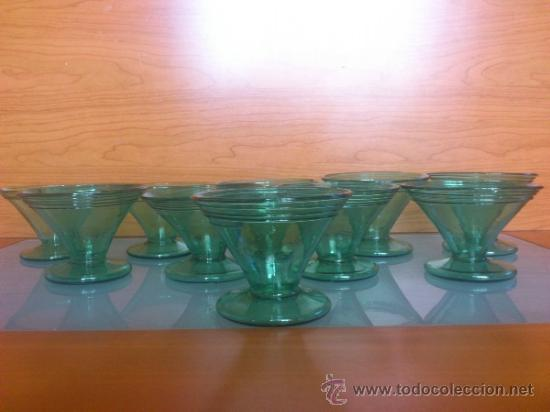 Antigüedades: Juego antiguo de ponchera y diez copas en cristal soplado Catalán verde - Foto 6 - 38645156