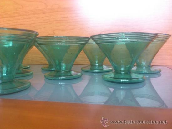 Antigüedades: Juego antiguo de ponchera y diez copas en cristal soplado Catalán verde - Foto 8 - 38645156