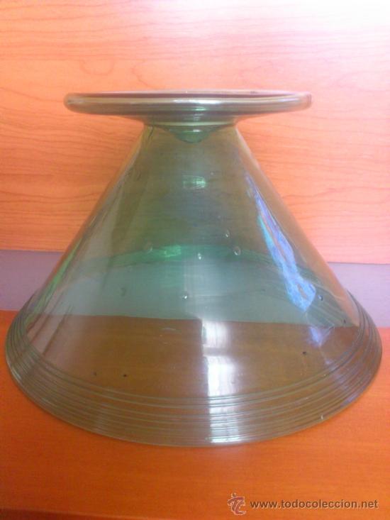 Antigüedades: Juego antiguo de ponchera y diez copas en cristal soplado Catalán verde - Foto 11 - 38645156