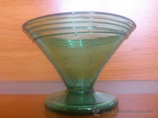 Antigüedades: Juego antiguo de ponchera y diez copas en cristal soplado Catalán verde - Foto 14 - 38645156