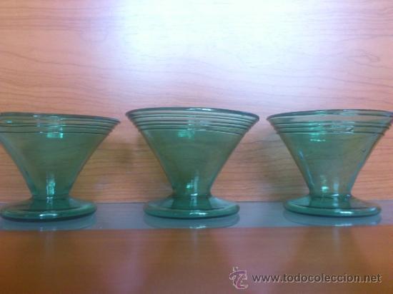 Antigüedades: Juego antiguo de ponchera y diez copas en cristal soplado Catalán verde - Foto 17 - 38645156